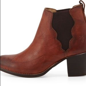 Frye • Jackie Gore Ankle Boot in Saddle